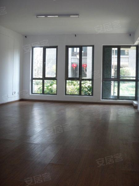 木地板 厨房卫生间简单装修 房子干净漂亮 最重要是价格实