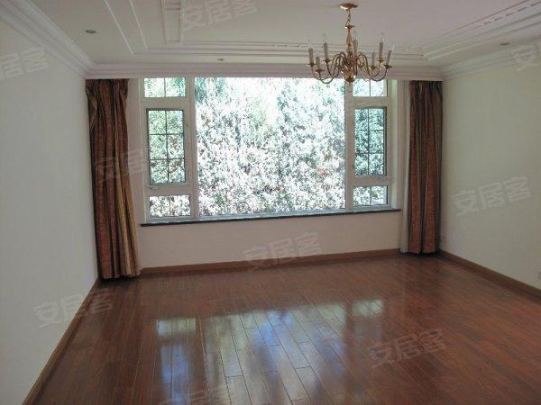 丽斯独栋别墅 客厅挑空 位置佳 浅色精装修欧式风格 房况好