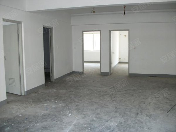 ,南陽臺聯通兩個臥室,非常大,房子內部簡單裝修,房子位于