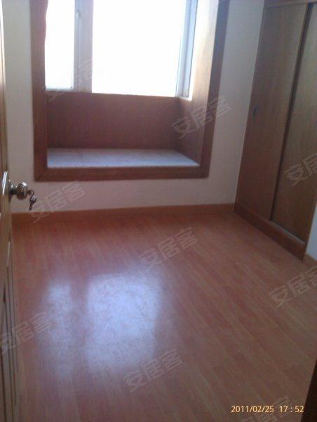 精装修全实木地板,客厅出阳台,采光通风效果都非常好住家的