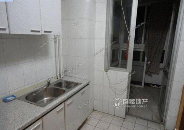 117平米, 7000元, 精装修,拎包入住三居室,位于地铁口,看房子
