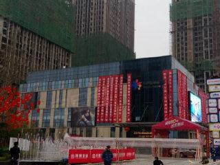 同景国际城一楼临街转角门面,双面开间,写字楼出入口旁正对轻轨高清图片