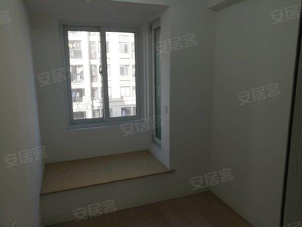 新吴区富力城品牌小区精装修三房,楼层好,房东在外地,需长期租
