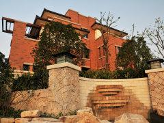 素,设计的下沉式庭院、花坛、露台构成了整个立体绿化景观.