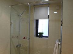 卫生间:为了保证卫生间的采光和通风效果,淋浴室靠里的一面