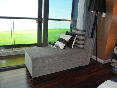 台专属于主卧,样板间特意摆放了贵妃椅,作为休闲的地方正好.