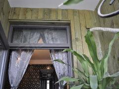 墙面:用浅绿色带纹路的木条装饰阳台墙面,与绿色的植物十分高清图片