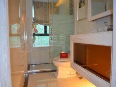洗手间:洗手间放置了淋浴、马桶、洗手盆,简单的装修风格功高清图片