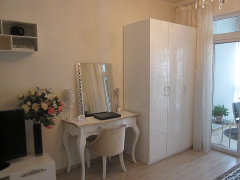 ,卧室为提高收纳设计有嵌入式衣柜,适合摆放大件物品及衣物.