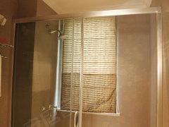 窗户,保障了卫生间的通风和采光效果.淋浴空间用玻璃隔开,干