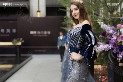 身穿华丽服饰的模特向大家展示着东方时尚艺术的优雅与礼仪.
