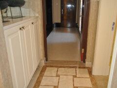 入户:入户玄关设置了鞋柜,内嵌式的,很实用的设计,进门也没