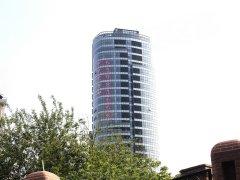 落地玻璃窗,采光效果尤为出众.现代住宅与老式建筑相结合,相