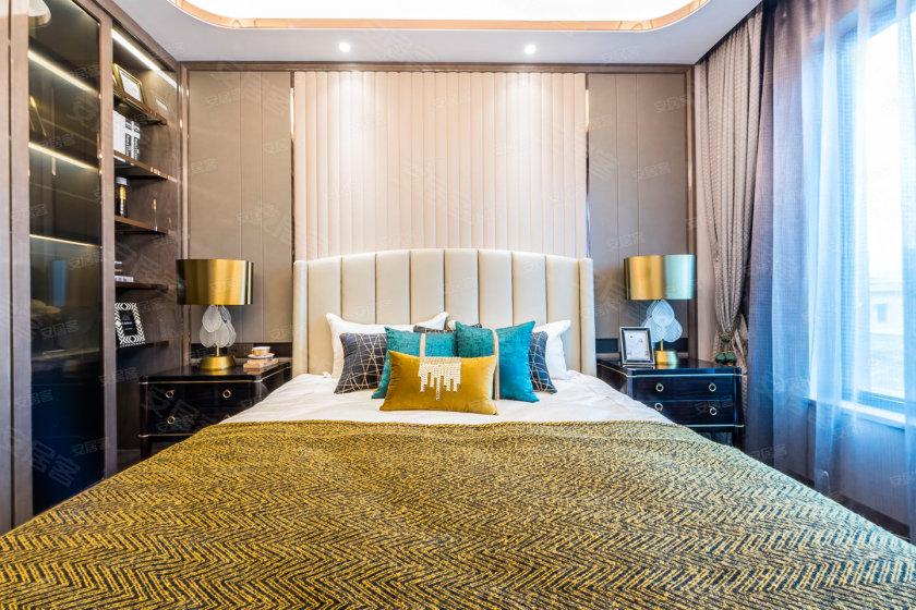 主卧采用了超大飘窗设计,丰富了室内的功能空间增加了实用面积.