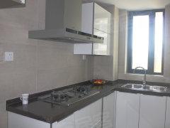 效果.厨房操作台为l型设计,厨房里有放置冰箱的空间.   客