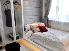 主臥:朝南臥室有大飄窗,采光通風效果不用多說.衣櫥騰空設計