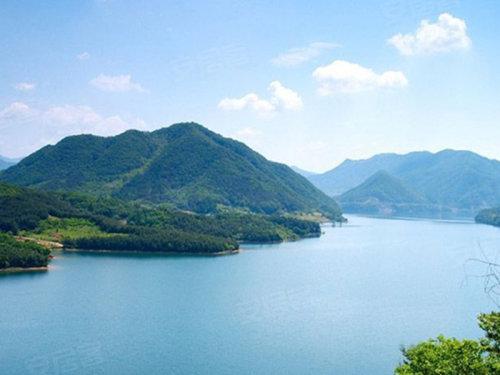 外有芙蓉嶂,高百丈,九龙湖三大4a风景区环绕,内有因地制宜打造的湖山