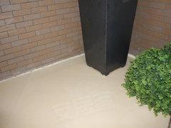 阳台的入口位于厨房内,方便实用,可以摆放下一台洗衣机,日常一