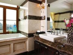 设计,有独立的淋浴室及按摩浴缸.卫生间带窗户,通风效果好.