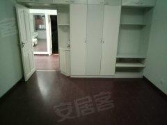 光复路四楼出租二室一厅简单装修1200月价位不议随时看房