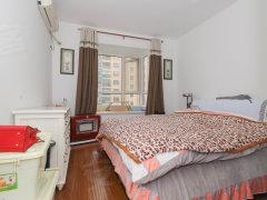 凯摩国际公寓傍晚伴着晚霞 坐落在阳台榻榻米上,感受生活